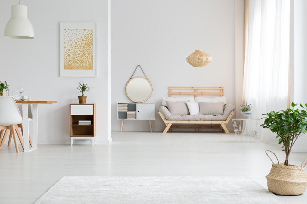 sala com cores claras com moveis afastados