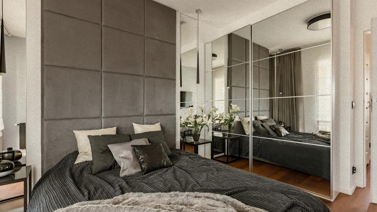 vista ampla de quarto com armário espelhado